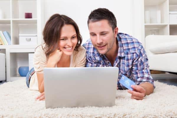 Pożyczki zaciągane za pośrednictwem internetu są z pewnością szybkie i wygodne. jednak należy się liczyć z tym że wygoda kosztuje. Stąd większe oprocentowanie takich zobowiązań.