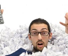 człowiek w papierach