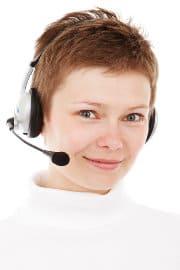 Kobieta rozmawia przez telefon