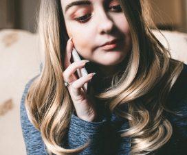 Kobieta trzyma komórkę przy uchu