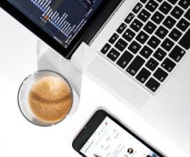 Telefon komórkowy podłączony do laptopa
