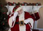 Święty Mikołaj siedzi na fotelu